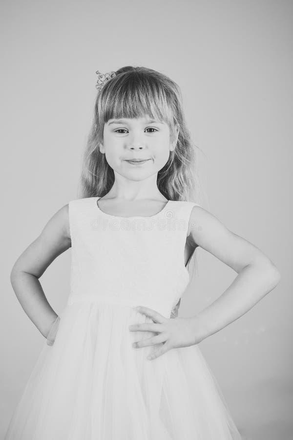Kijk, kapper, make-up Kindmeisje in modieuze glamourkleding, elegantie Mannequin op roze achtergrond, schoonheid royalty-vrije stock foto
