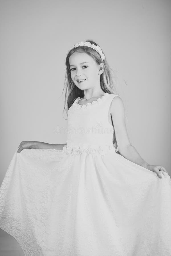 Kijk, kapper, make-up Mannequin op roze achtergrond, schoonheid Manier en schoonheid, weinig prinses Kindmeisje binnen royalty-vrije stock foto