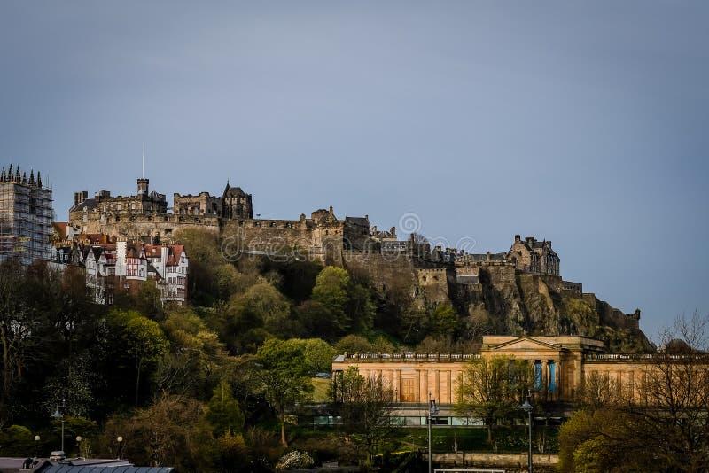 Kijk op het Kasteel van Edinburgh uit Waverly-Post in Edinburgh, Schotland, tijdens vroege ochtend op een bewolkte dag wordt geha stock fotografie