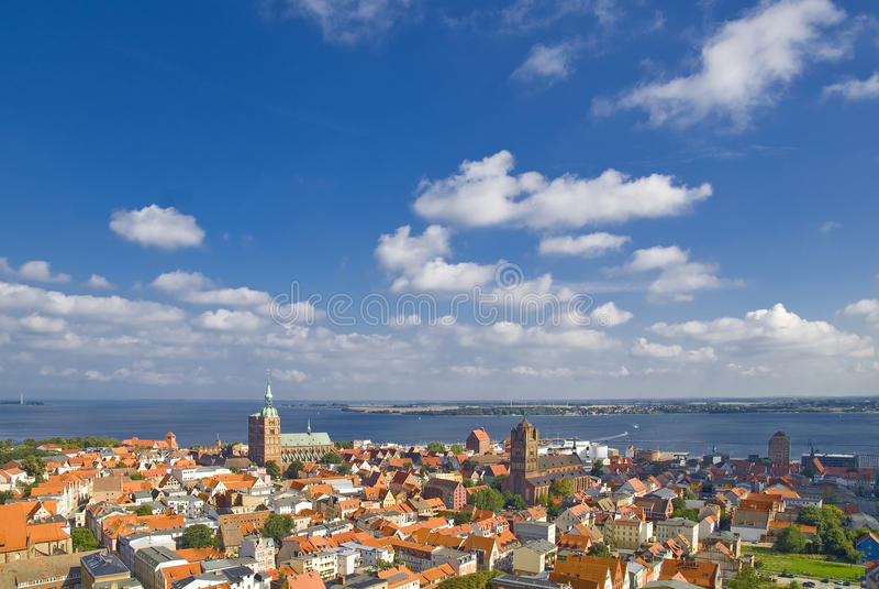 Kijk over Stralsund stock afbeelding