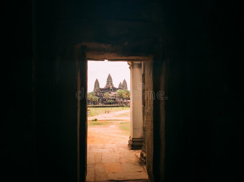 Kijk uit de deur en zie angkor wat, oogst Siem, Kambodja stock foto