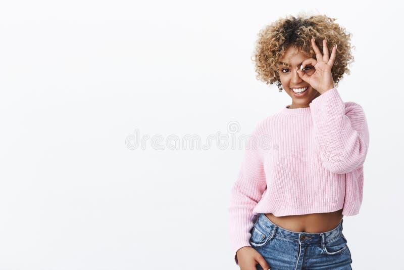 Kijk wie daar Blij charismatisch en gelukkig aantrekkelijk modieus donker-gevild meisje in warme sweater die geen probleem tonen royalty-vrije stock foto