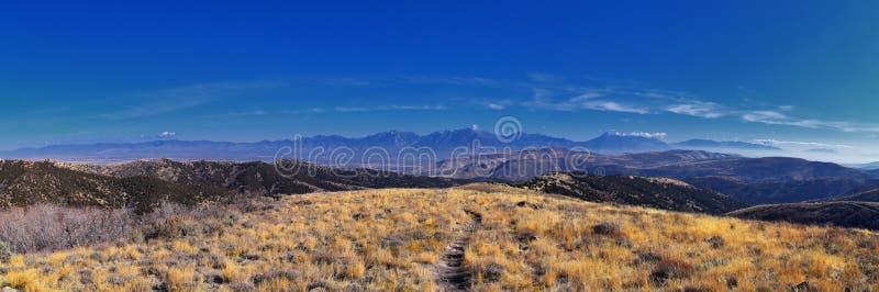 Kijken naar de Rocky Mountains van Wasatch Front vanuit het Oquirrh-gebergte met valbladeren, wandelen in de Yellow Fork-baan en  royalty-vrije stock afbeeldingen