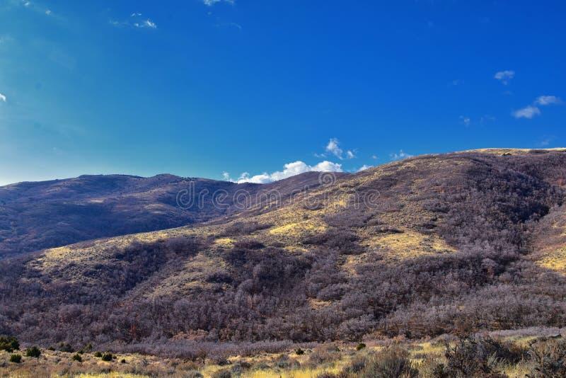Kijken naar de Rocky Mountains van Wasatch Front vanuit het Oquirrh-gebergte met valbladeren, wandelen in de Yellow Fork-baan en  royalty-vrije stock foto