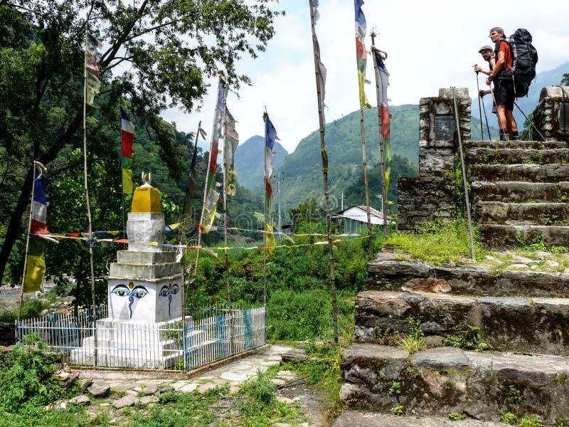 Kijkend aan Stupa in Ngadi-dorp, Nepal - Annapurna-trekking royalty-vrije stock afbeeldingen