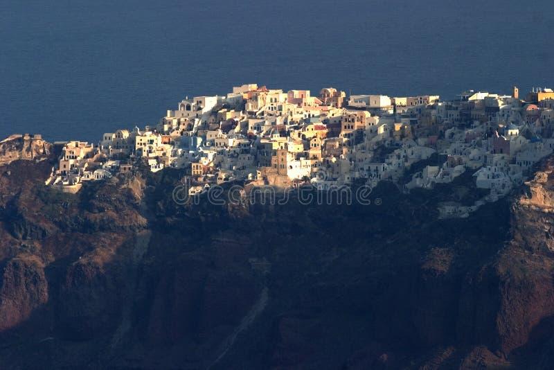 Kijkend acroos aan de klippen hoogste stad van Oia, Santorini, gezien fron Fira. stock fotografie