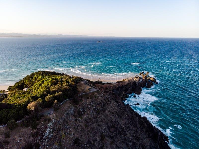 Kijkend de baai van Byron van het Oosten stock afbeeldingen