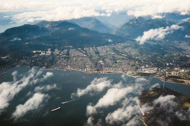 Kijkend het Noorden over Engelse Baai, Vancouver van de lucht stock afbeeldingen