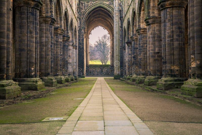 Kijkend naar Kirkstall Abbey Nave royalty-vrije stock foto