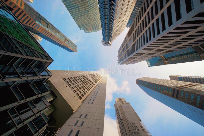 Kijkend op high-rise gebouwen, wolkenkrabbers, architectuur royalty-vrije stock foto
