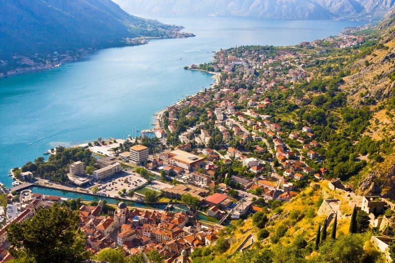 Kijkend over de Baai van Kotor in Montenegro met mening van bergen, boten en oude huizen stock afbeelding