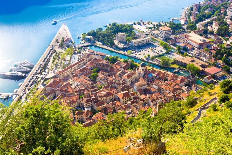 Kijkend over de Baai van Kotor in Montenegro met mening van bergen, boten en oude huizen royalty-vrije stock foto