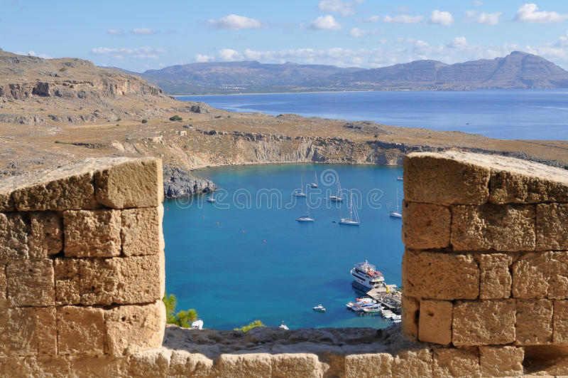 Kijkend van Akropolis Lindos over haven Rhodos, royalty-vrije stock afbeeldingen