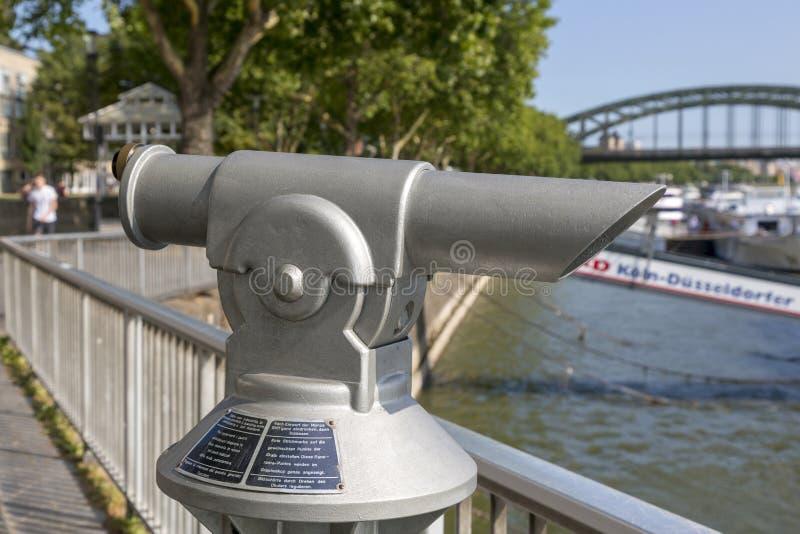 Kijker op de promenade van de Rijn-Rivier in Keulen stock afbeeldingen