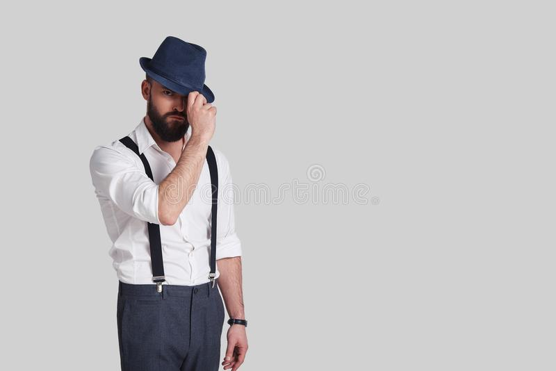 Kijkt als gangster Knappe jonge mens in bretels het aanpassen royalty-vrije stock foto's