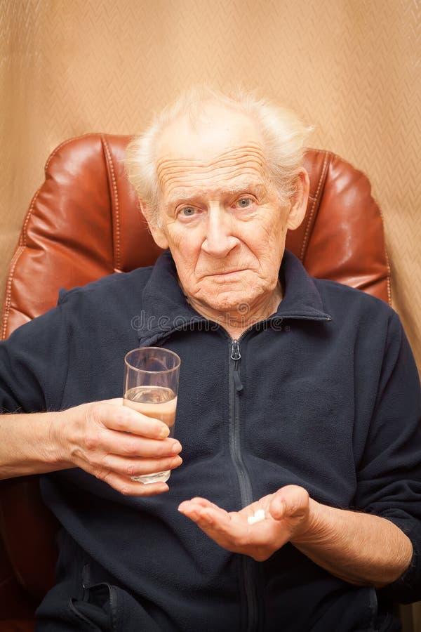 Kijkt de Unpleased oude mens met het vragen royalty-vrije stock afbeeldingen