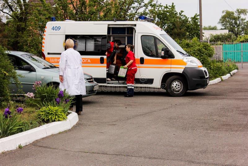 KIJOWSKI region UKRAINA, Maj, - 12, 2016: karetka i pielęgniarka na ulicie Karetka jest blisko szpitala fotografia stock