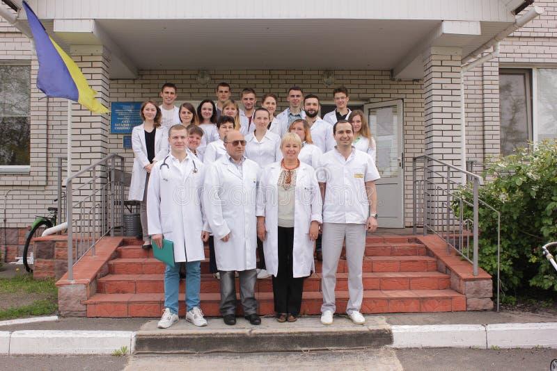 KIJOWSKI region UKRAINA, Maj, - 12, 2016: Lekarki i pielęgniarki na zewnątrz szpitala obraz stock