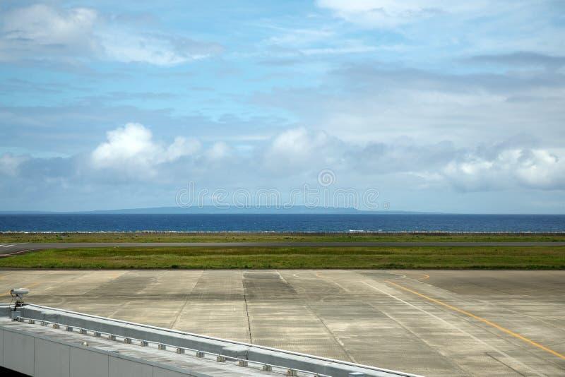 Kikai ö som beskådas från däck för Amami flygplatsobservation i Amami Oshima arkivbild