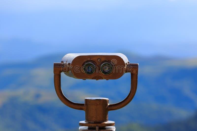 Kikare på en visningplattform för observation av flora, fauna arkivfoton