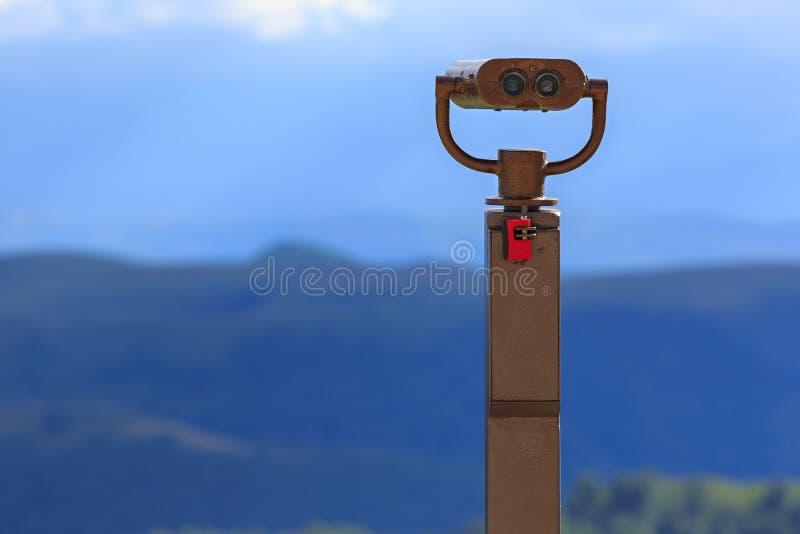 Kikare på en visningplattform för observation av flora, fauna och fotografering för bildbyråer