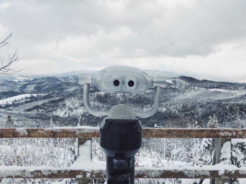 Kikaren i Bukovel skidar semesterorten, Ukraina, snö, berg och träd på bakgrunden royaltyfria bilder