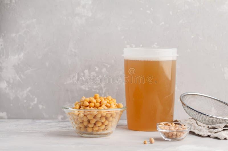Kikkererwtenbouillon - aquafaba Vervang ei in baksel voor veganist recip stock fotografie