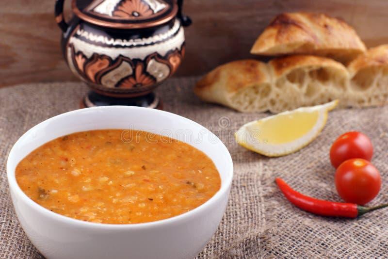 Kikkererwtensoep met tomaat en Spaanse peper in een witte soepplaat stock foto's