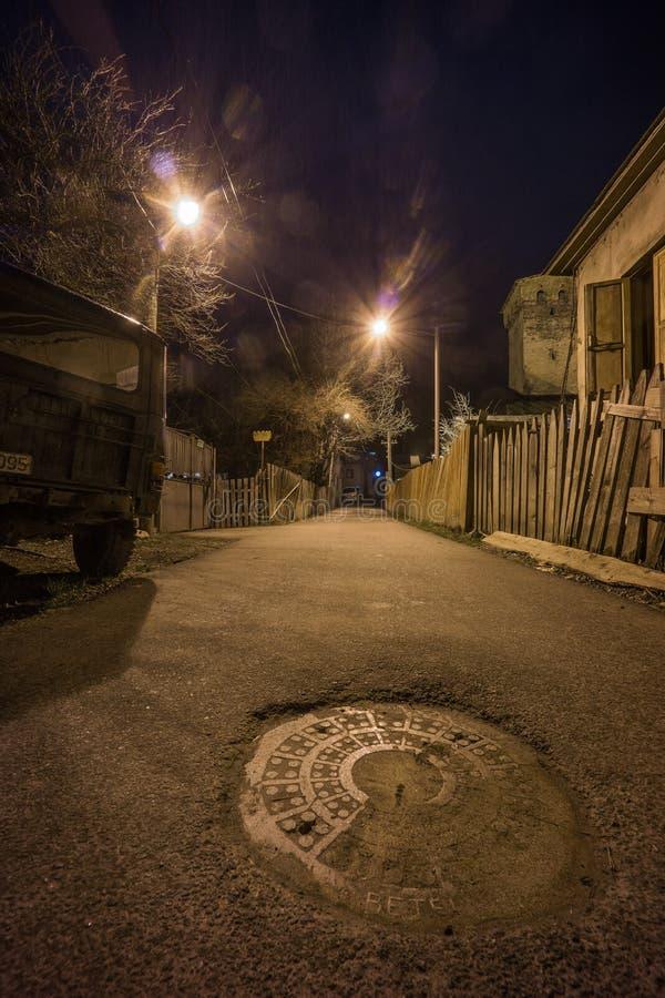 Kikkerperspectief in mestistraat bij nacht stock afbeelding