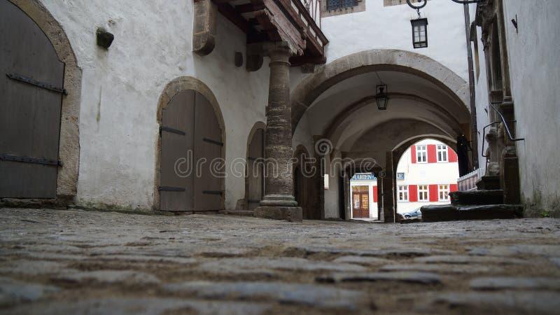 Kikkerperspectief van oude middeleeuwse straat in stadscentrum royalty-vrije stock afbeelding