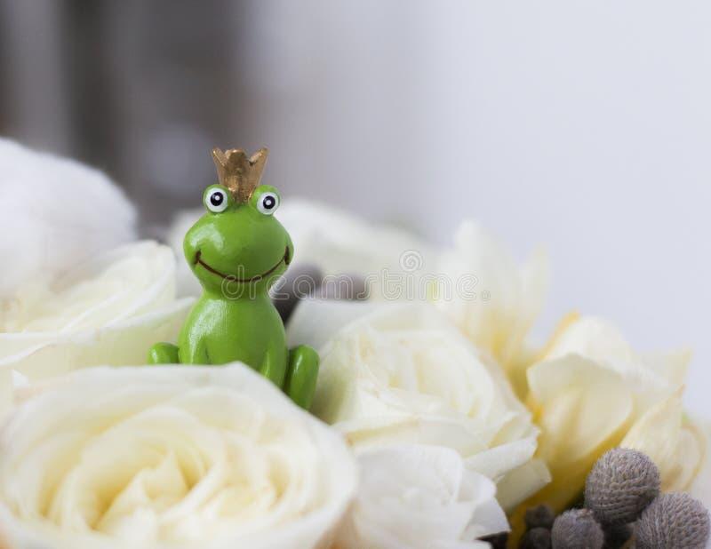 Kikkerprins in het witte boeket van het rozenhuwelijk stock fotografie