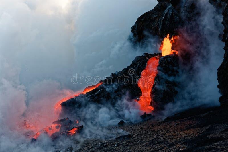 Kilauea Lava Flow entrant dans le Pacifique photo stock