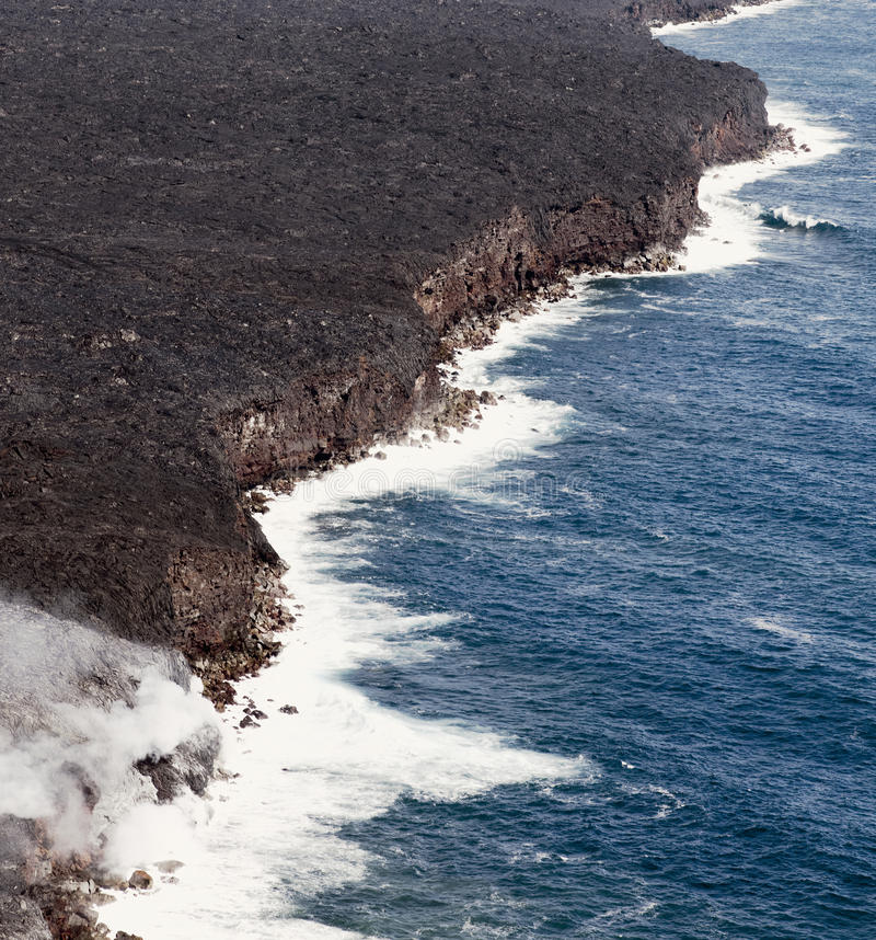 Kilauea lava skriver in havet som utvidgar kustlinjen royaltyfria foton