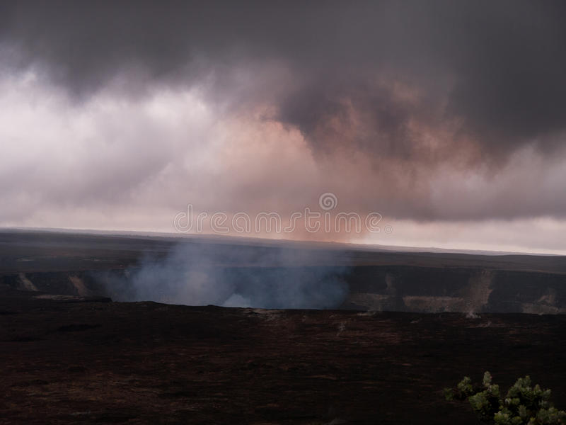 Kilauea-Vulkan mit dem Rauchsteigen lizenzfreie stockbilder