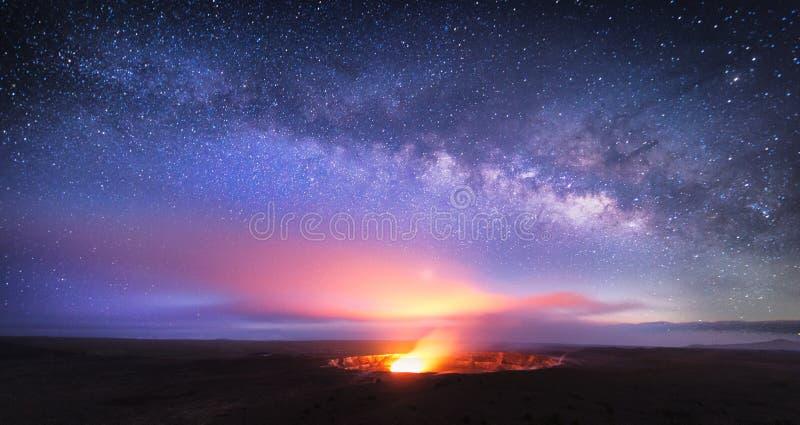 Kilauea wulkan pod gwiazdami fotografia royalty free