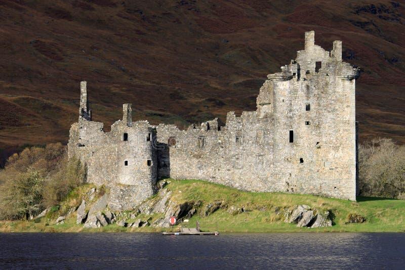 Kilchurn Schlossruinen durch Loch Awe, Schottland. stockbild