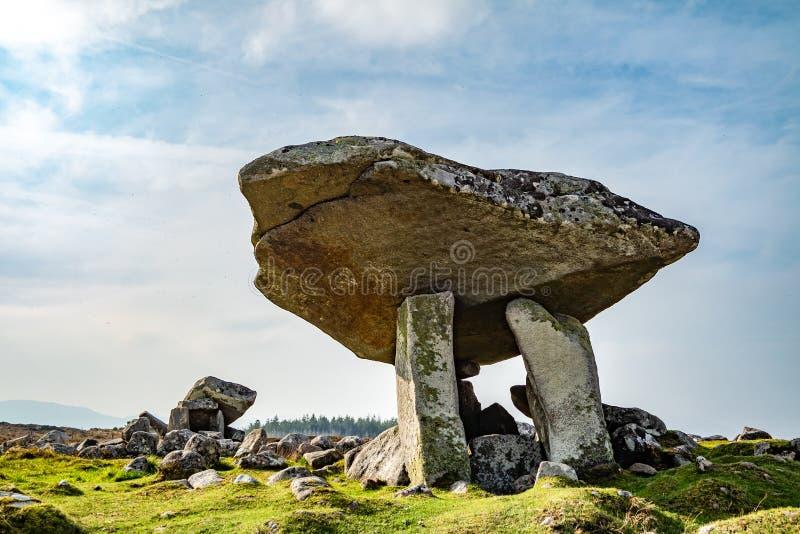 Kilclooney dolmen jest neolityczny pomnikowy datować z powrotem 4000, 3000 między Ardara i Portnoo w okręgu administracyjnym Done zdjęcia royalty free
