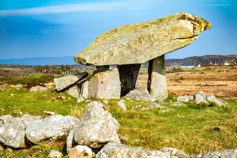 Kilclooney dolmen jest neolityczny pomnikowy datowa? z powrotem 4000, 3000 mi?dzy Ardara i Portnoo w okr?gu administracyjnym Done obrazy stock