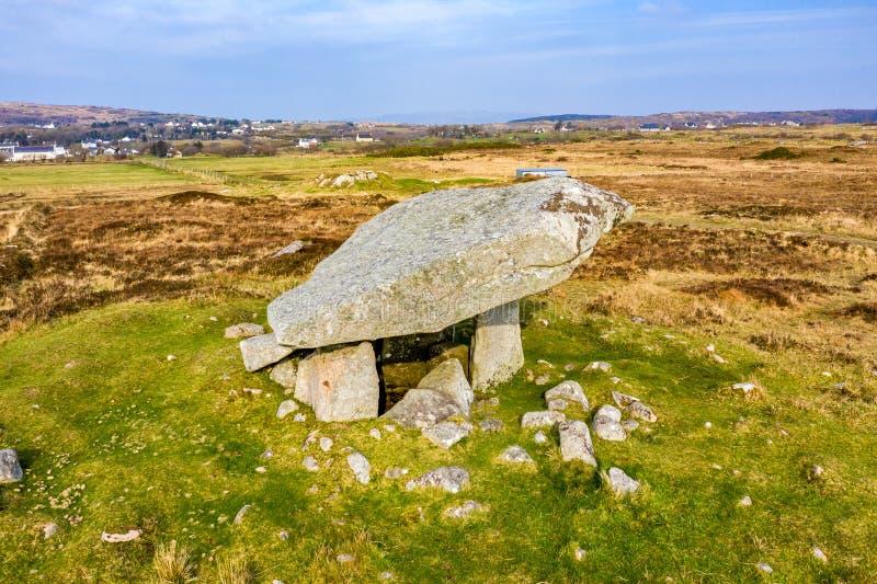 Kilclooney dolmen jest neolityczny pomnikowy datowa? z powrotem 4000, 3000 mi?dzy Ardara i Portnoo w okr?gu administracyjnym Done zdjęcia stock