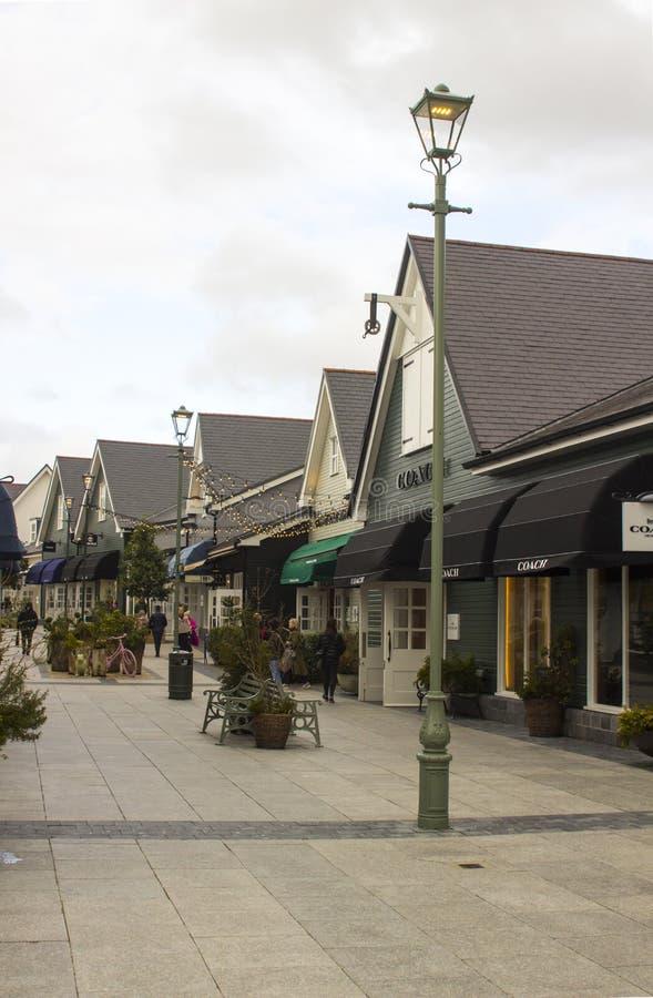 Kildare wioski zakupy ujście Irlandia Kupujący wyszukuje sklepy patrzeje dla tranzakcja w ten luksusowym handlu detalicznego park obraz stock