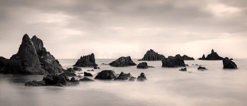 Kilfarrasy Beach Copper Coast Ireland Waterford lange exponierte Seemeilen Wolken lizenzfreies stockbild