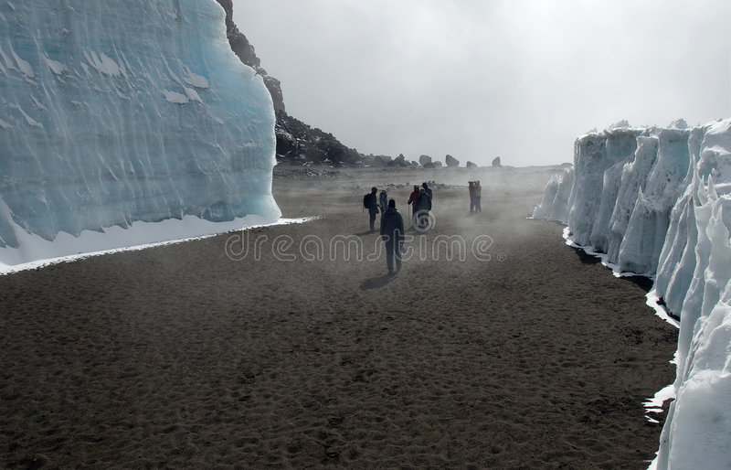 kilimanjaro de cratère de grimpeurs images stock