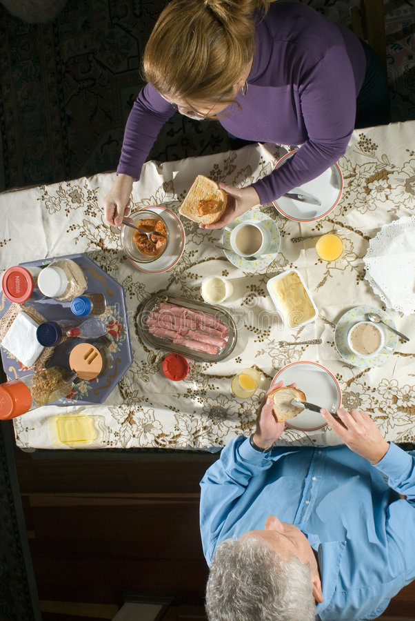 kilka śniadaniowej stary tabela pionowe zdjęcie royalty free