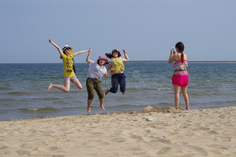 Kilka bierze fotografii dziewczyny na plaży zdjęcia royalty free