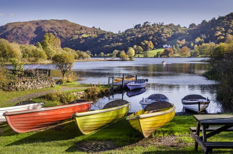 Kilka colourful łodzie przy odpoczynkiem jeziorem obraz stock