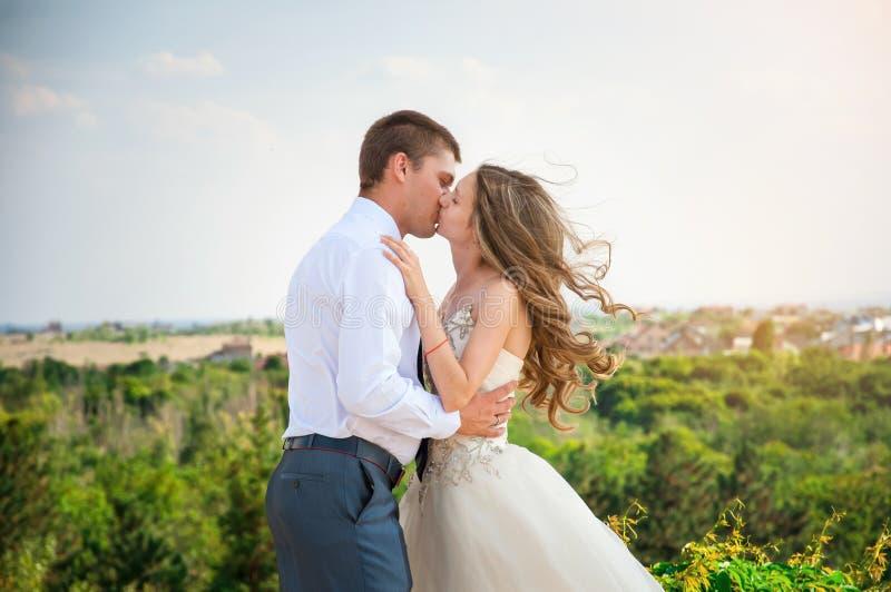 kilka dni ubranie szczęśliwy roczna ślub Piękna panna młoda w biel sukni z fornalem szczęśliwy pary całowanie obraz stock