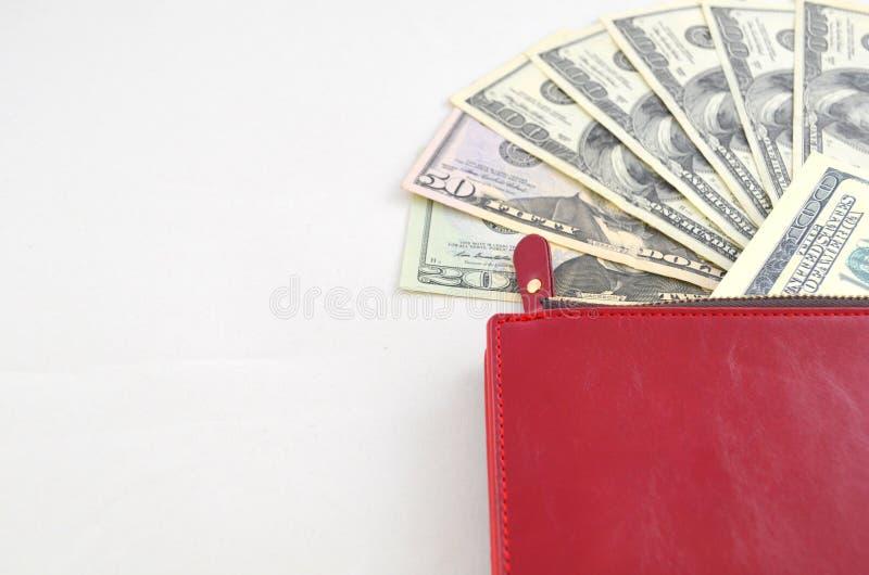 Kilka dolarowi rachunki w czerwonej kiesie fotografia stock