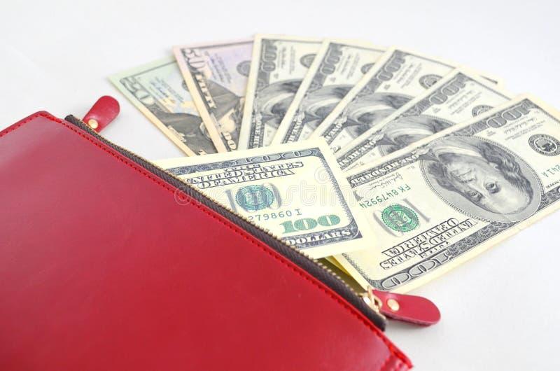 Kilka dolarowi rachunki w czerwonej kiesie obrazy royalty free