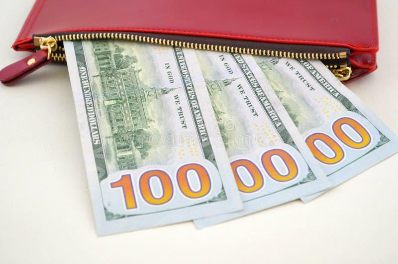Kilka dolarowi rachunki w czerwonej kiesie obraz stock