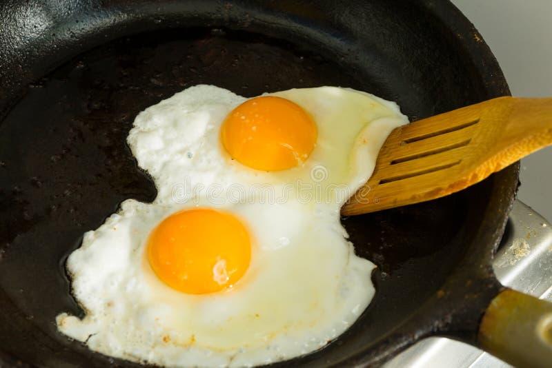 Kilka jajka dla śniadania Smażyli jajka w smaży niecce obrazy royalty free